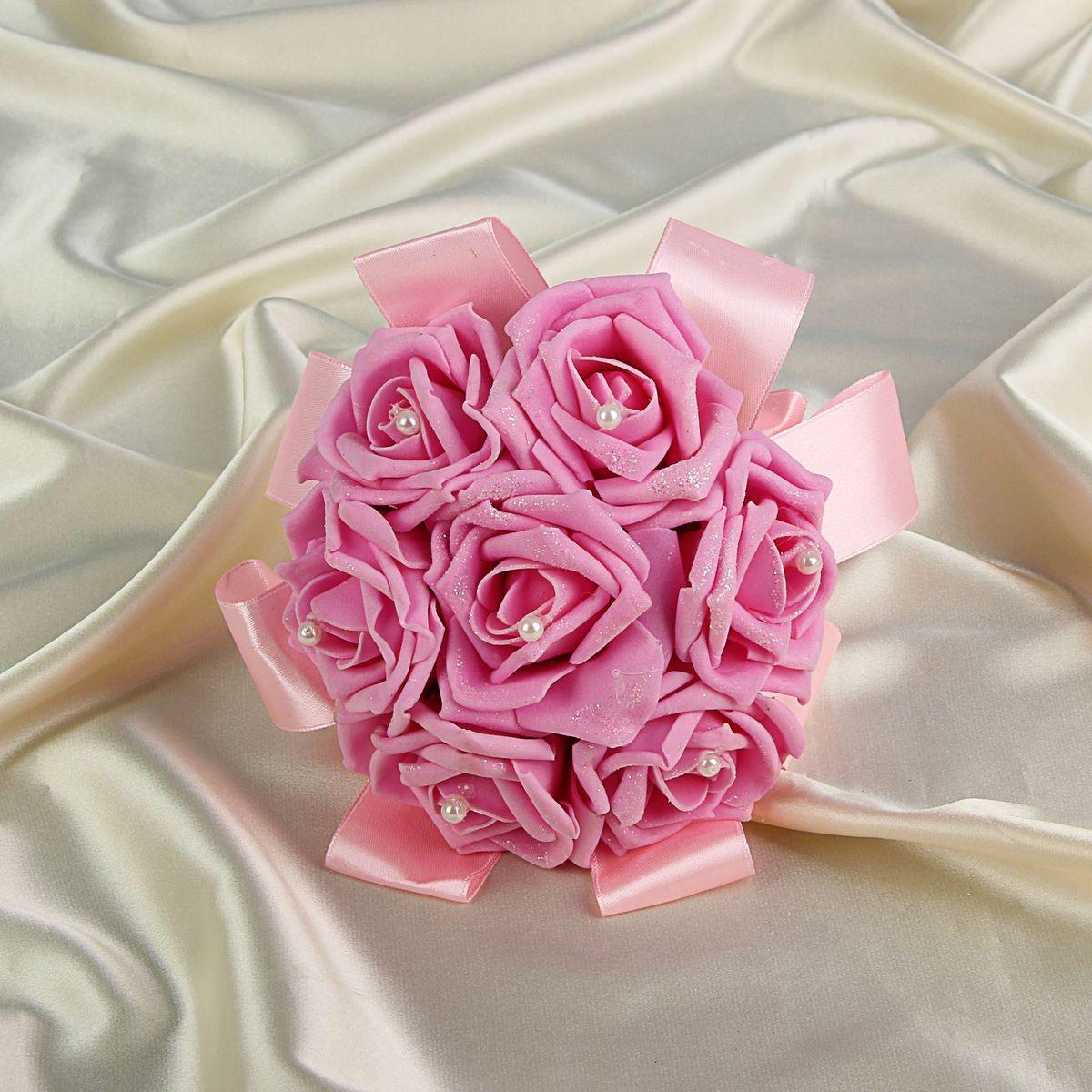 Sima-land Букет-дублер с розами премиум, цвет: розовый. 12628231262823Современные невесты используют букеты из искусственных материалов, потому что они легче, дешевле и не рассыпаются в полете. Ведь для многих незамужних подружек поймать букет на свадьбе — шанс осуществления заветной мечты. Кроме свадебной тематики изделие используют для фотосессий, так как оно не утрачивает праздничный вид даже в непогоду, и как элемент украшения интерьера. Многие рестораны и отели на выставках и праздниках предпочитают использовать украшения из неувядающих цветов. Оригинальный букет будет в центре внимания на торжественном событии и оставит самые яркие впечатления.