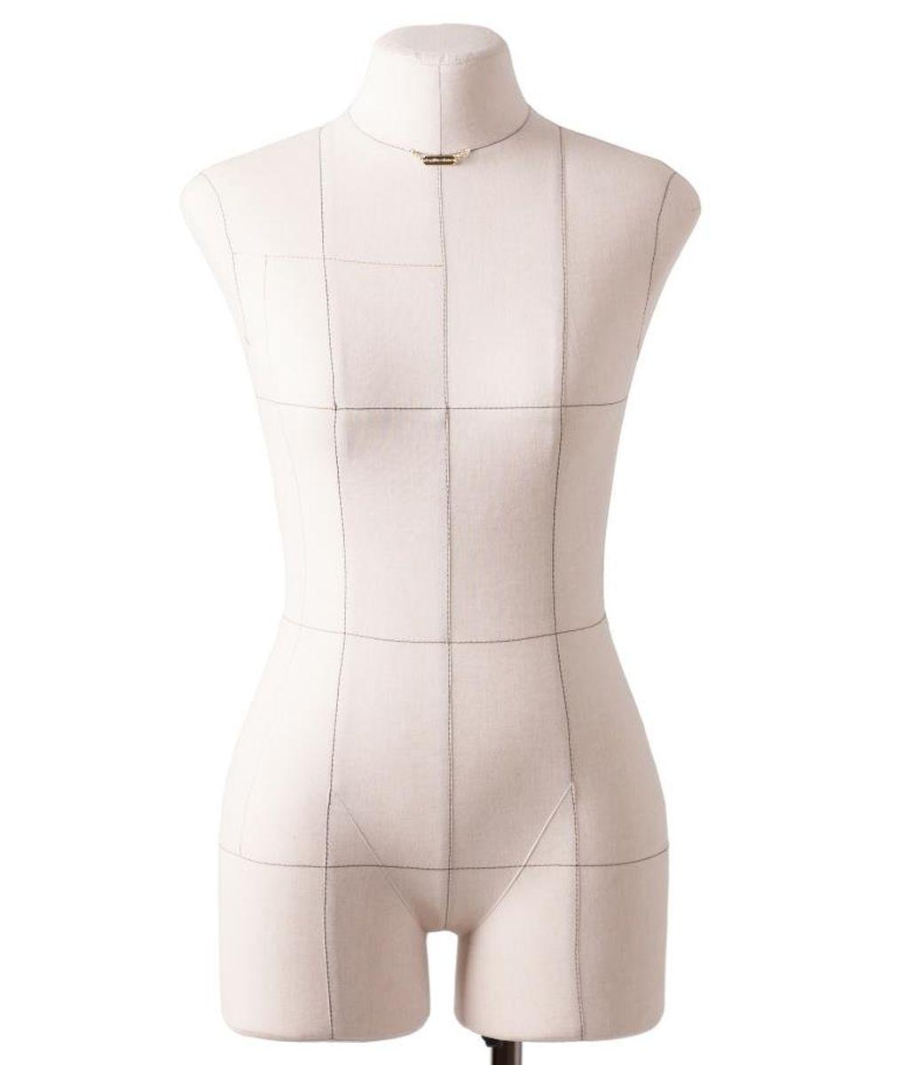 Манекен портновский Royal Dress forms Monica, с подставкой, женский, цвет: бежевый. Размер 524607824113525Портновский манекен, с удобной подставкой и детальными формами человеческого тела. Манекен прочен и удобен. Его основные преимущества: манекен имеет конструкторские линии, которые незаменимы при конструировании одежды; манекен не боится высоких температур, поэтому на нем можно отпаривать одежду, не боясь за деформацию основы; можно накалывать изделия булавками; можно сжимать, чтобы надеть нерастяжимые изделия; не боится падений и сколов. Дополнительно возможно присоединять к манекену руки. Они приобретаются отдельно. Основа манекена выполнена из эластичного полимерного материала. Обтяжка 100 % хлопок, съемная, предлагается в двух вариантах: бежевый и черный. Подставка «Милан» идет в комплекте с манекеном! Подставка с четырьмя ножками на калесах со стопорными фиксаторами. Размерный ряд (2-ая полнотная группа). Размер 52: Объем груди- 104 см, Объем талии- 85 см, Объем бедер-112 см