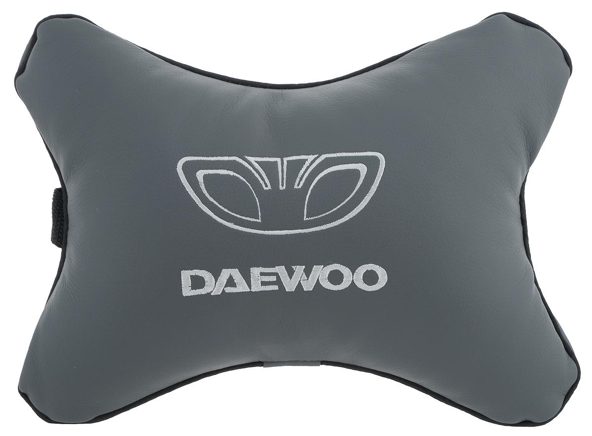 Подушка автомобильная Autoparts Daewoo, на подголовник, цвет: серый, белый, 30 х 20 смМ29_серыйАвтомобильная подушка Autoparts Daewoo, выполненная из эко-кожи с мягким наполнителем из холлофайбера, снимает усталость с шейных мышц, обеспечивает правильное положение головы и амортизирует нагрузки на шейные позвонки при резком маневрировании. Ее можно зафиксировать на подголовнике с помощью регулируемого по длине ремня. На изделии имеется молния, с помощью которой вы с легкостью сможете поменять наполнитель. Если ваши пассажиры захотят вздремнуть, то подушка под голову окажется очень кстати и поможет расслабиться.