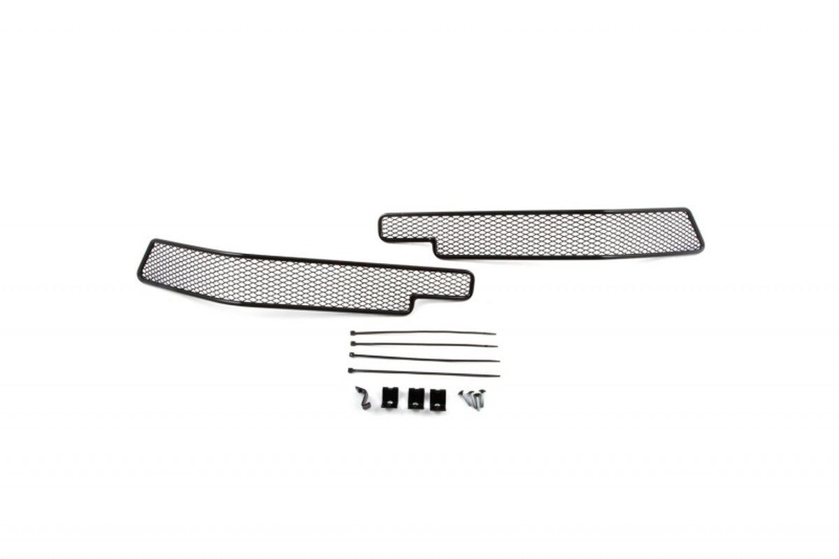 Сетка на бампер внешняя Novline-Autofamily, для Toyota Land Cruiser 200 2015->, 2 шт01-521615-151В отличие от универсальных сеток, данный продукт разрабатывается индивидуально под каждый бампер автомобиля. Внешняя защитная сетка радиатора полностью повторяет геометрию решетки бампера и гармонично вписывается в общий стиль автомобиля. При создании продукта мы учли как потребности автомобилистов, для которых важна исключительно защитная функция, так и автолюбителей, которые ищут способы подчеркнуть или создать новый стиль своего авто. Функциональность, тюнинг, или и то, и другое? Выбор только за вами. Сетка для защиты радиатора изготовлена из антикоррозионного материала, что гарантирует отсутствие ржавчины в процессе эксплуатации. Простая установка делает этот продукт необыкновенно удобным. В отличие от универсальных сеток, для установки которых требуется снятие бампера, то есть наличие специализированных навыков и дополнительного оборудования (подъемник и так далее), для установки этого продукта понадобится 20 минут времени и отвертка.