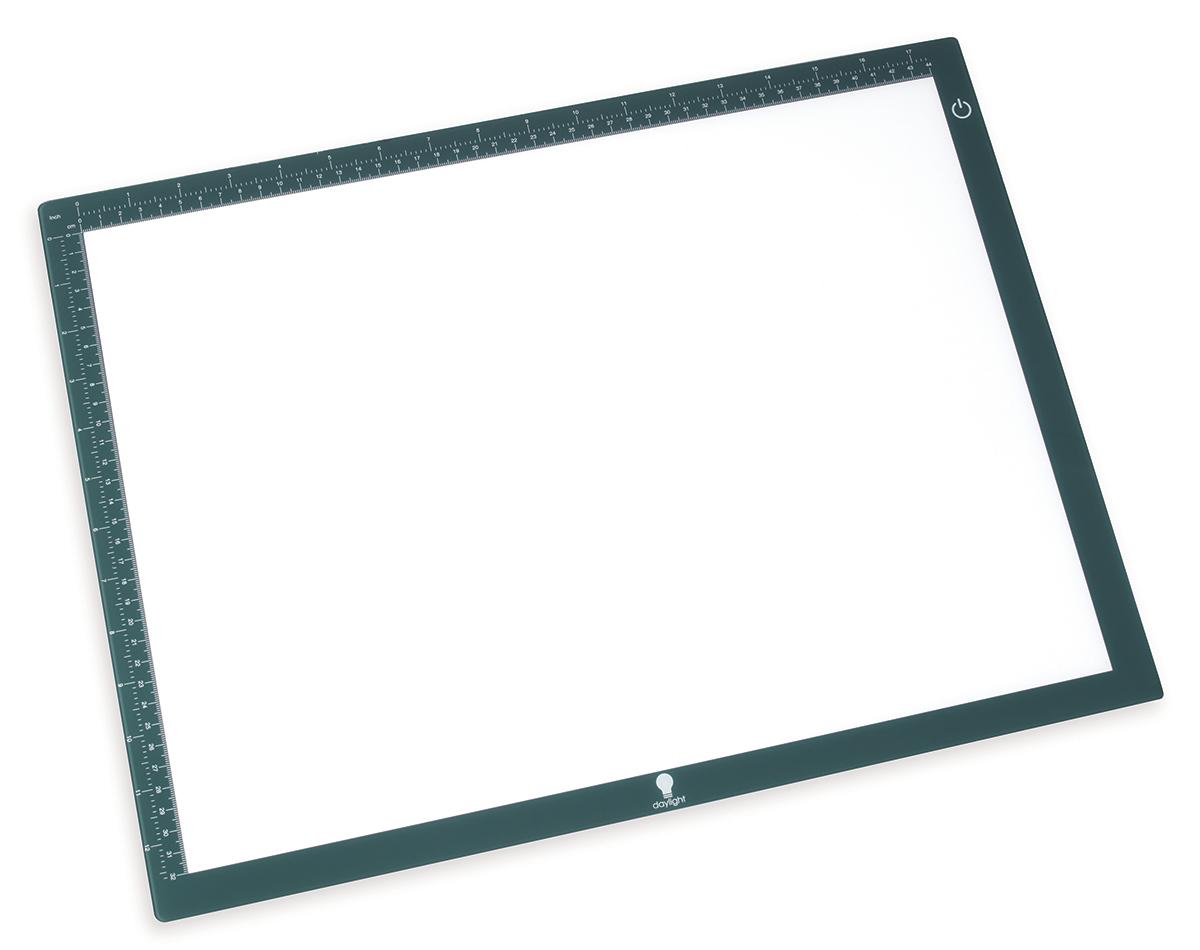 Лампа-рамка Daylight с подстветкой, 44 х 32 смE35030Электрическая лампа-рамка со светодиодной подсветкой. Размер 44х32см, толщина 0,8см. Освещение: 90 светодиодов. Может изменять яркость светодиодной подсветки, распределяя ровное освещение по всей поверхности. Подходит для каллиграфии, трафаретного рисования, скрап-букинга, эмбоссинга, квилтинга, вышивки, для других видов рукоделия. Идеальна при переводе рисунка на ткань, а так же при вышивке на темной канве. Материал: пластик