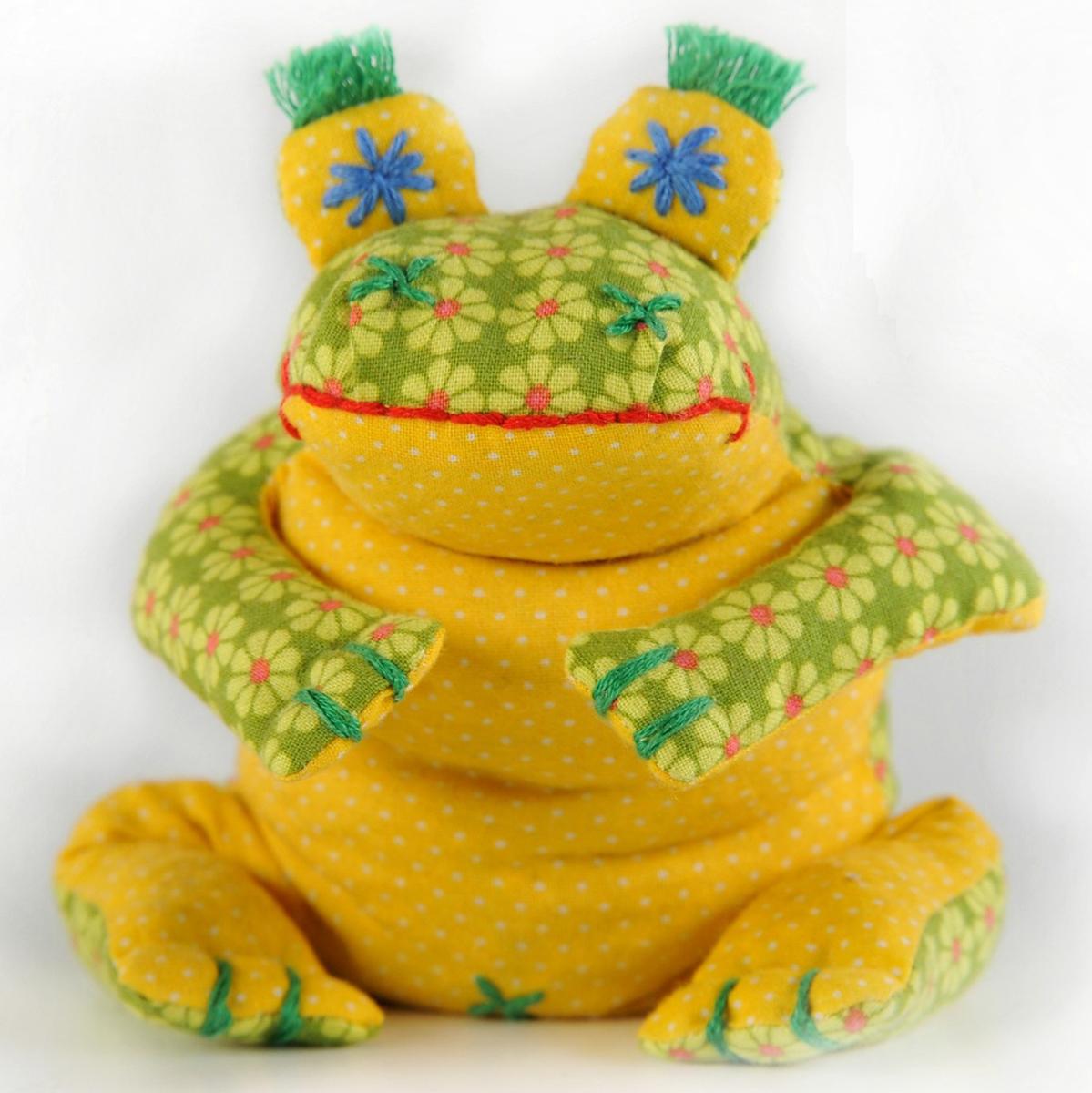 Набор для создания игрушки Перловка Лягушонок КваП114Состав: 100% натуральный плотный хлопок пр-во США, нитки для вышивания и декорирования, лента для декорирования, листы с выкройками персонажа, подробная инструкция по изготовлению куклы. Куклы для самых маленьких – без пришивных «откусываемых» деталей. Эту игрушку можно использовать как грелку – для этого достаточно поместить ее на 1 минуту в СВЧ-печку .