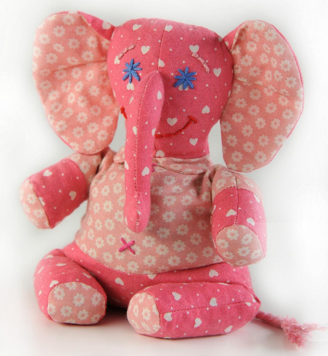 Набор для создания игрушки Перловка Слоненок ФантикП115Состав: 100% натуральный плотный хлопок пр-во США, нитки для вышивания и декорирования, лента для декорирования, листы с выкройками персонажа, подробная инструкция по изготовлению куклы. Куклы для самых маленьких – без пришивных «откусываемых» деталей. Эту игрушку можно использовать как грелку – для этого достаточно поместить ее на 1 минуту в СВЧ-печку .