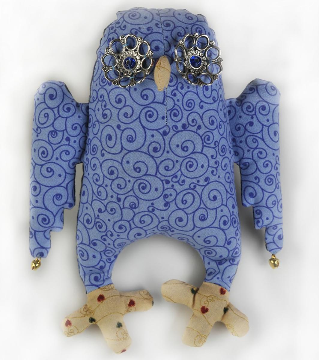 Набор для создания игрушки Перловка Сова-АнгелПА301Состав: натуральный плотный хлопок пр-во США, нитки для вышивания и декорирования, бубенчики, металлические аксессуары, бисер (в зависимости от комплектации персонажа), листы с выкройками персонажа, подробная инструкция по изготовлению куклы. Дополнительно вам понадобится 50-150 гр перловой крупы, синтепон или синтепух.