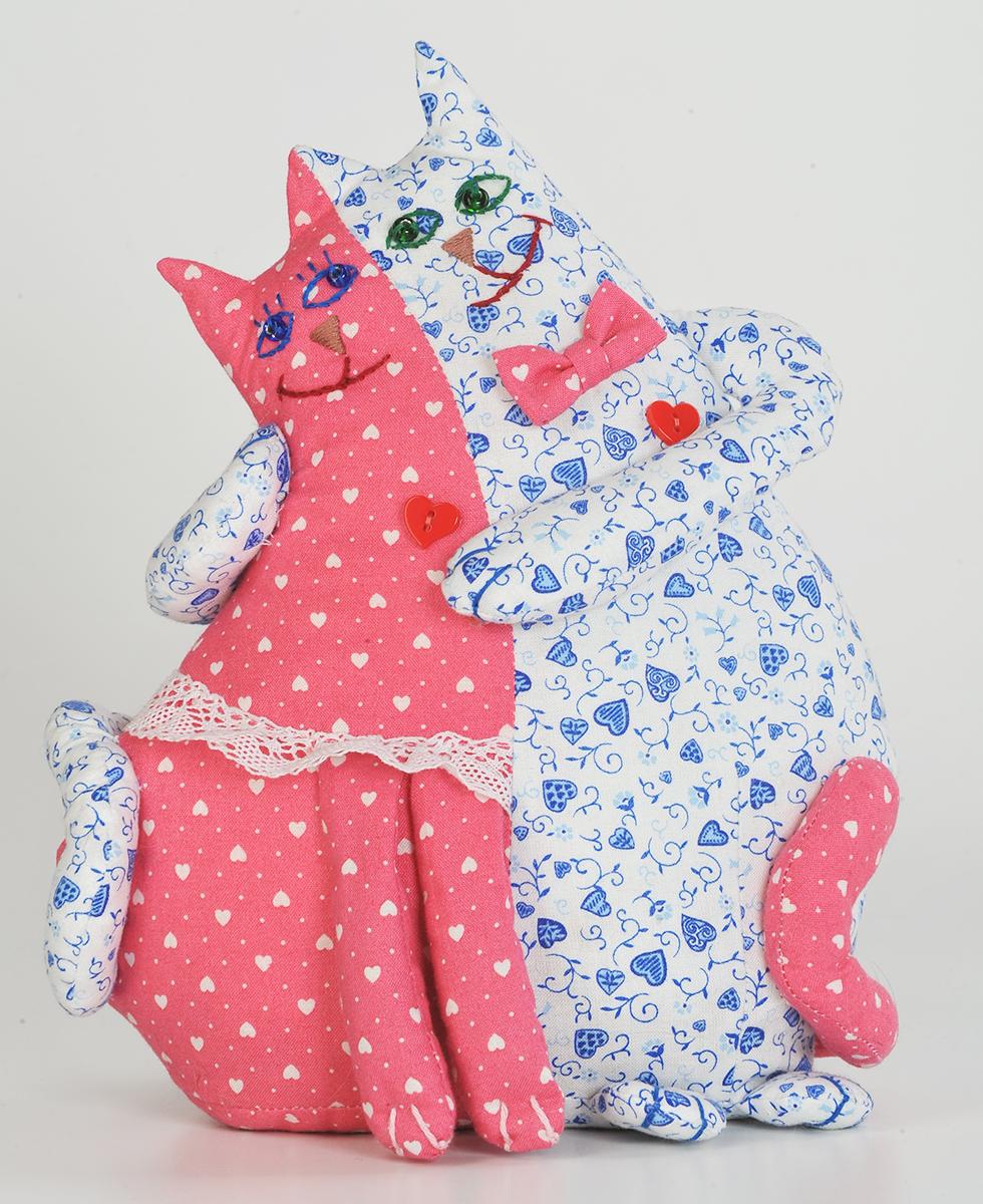 Набор для создания игрушки Перловка Коты-неразлучникиПЛ401натуральный плотный хлопок пр-во США, нитки для вышивания и декорирования, лента для декорирования, сердечки,листы с выкройками персонажа, подробная инструкция по изготовлению куклы. Дополнительно понадобится: 100-150 г перловой крупы, синтепон или синтепух.