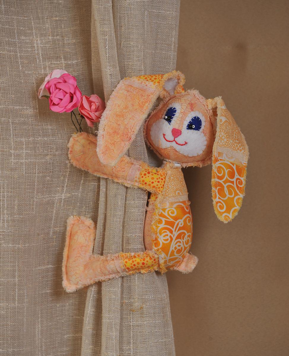 Набор для создания игрушки Перловка Пасхальный кроликПМ804Состав: натуральный хлопок пр-во США, нитки для декорирования, пуговицы, листы с выкройками персонажа, подробная инструкция по изготовлению куклы.В каждой лапе по магниту! Крепится на любую металлическую поверхность. Вся серия выполняется в стиле «пэчворк».
