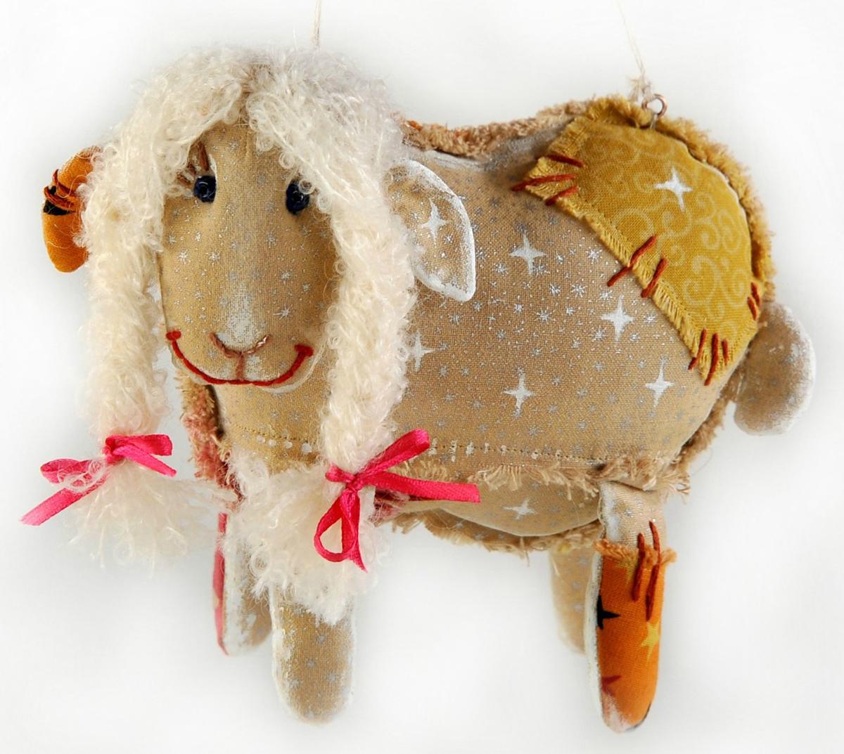 Набор для создания игрушки Перловка Облачная овечкаПЧ505Данная серия предполагает не только изготовление самой текстильной игрушки, но и состаривание ее с помощью «кофейной смеси», а также роспись акриловыми красками.