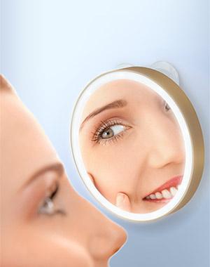 LM100 Зеркало косметологическое 10x, с подсветкой, золотое Gezatone1301216Удобное круглое косметологическое зеркало с 10-ти кратным увеличением и подсветкой. Зеркало отлично подойдет для проведения различных косметологических процедур, нанесения макияжа, удаления нежелательных волос. Зеркало имеет систему вакуумного крепления к поверхности, что делает его невероятно удобным при использовании дома, в поездках или путешествиях – просто прикрепите его к любой зеркальной поверхности или стеклу.Кроме того, зеркало имеет 10-ти кратное увеличение и дополнительную функцию подсветки – ваш макияж будет идеальным, ни одна мельчайшая деталь не ускользнет от вашего взгляда. Чтобы включить функцию подсветки, достаточно просто нажать на зеркало. Диаметр зеркала: 10 см