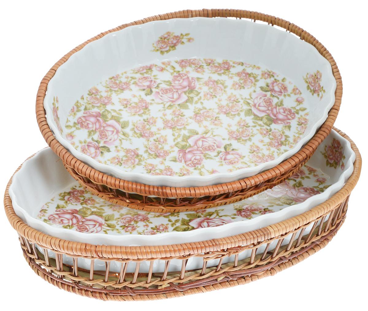 Набор форм для запекания Mayer & Boch Розы, с корзинками, 4 предмета24801Набор Mayer & Boch Розы состоит из двух овальных форм в корзинках. Формы выполнены из высококачественного фарфора белого цвета и вручную расписаны великолепным цветочным узором. Плетеные корзины из ротанга, в которые вставляются формы, послужат красивыми и оригинальными подставками. Фарфоровая посуда выдерживает высокие перепады температуры, поэтому ее можно использовать в духовке, микроволновой печи, а также для хранения пищи в холодильнике. Формы прекрасно подойдут для запекания овощей, мяса и других блюд, а оригинальный дизайн и яркое оформление украсят ваш стол. Можно мыть в посудомоечной машине. Размер формы: 33 х 23 х 5 см; 27 х 20,5 х 4 см. Объем форм: 2,1 л; 1,6 л.