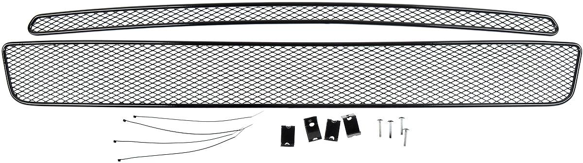 Сетка для защиты радиатора Novline-Autofamily, внешняя, для Nissan X-Trail (2007-2010), 2 шт01-392207-151Сетка для защиты радиатора Novline-Autofamily изготовлена из антикоррозионного материала, что гарантирует отсутствие ржавчины в процессе эксплуатации. Изделие устанавливается на штатную решетку переднего бампера автомобиля, защищая таким образом радиатор от попадания камней, крупных насекомых, мелких птиц. Простая установка делает это изделие необыкновенно удобным. В отличие от универсальных сеток, для установки которых требуется снятие бампера, то есть наличие специализированных навыков и дополнительного оборудования (подъемник и так далее), для установки этой сетки понадобится 20 минут времени и отвертка. Данный продукт разработан индивидуально под каждый бампер автомобиля. Внешняя защитная сетка радиатора полностью повторяет геометрию решетки бампера и гармонично вписывается в общий стиль автомобиля.