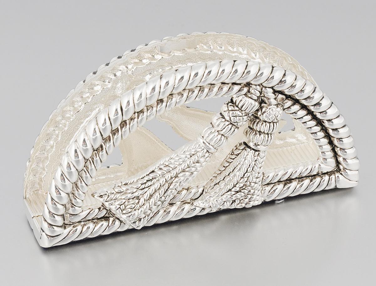 Салфетница Marquis, 13,5 х 3,5 х 7 см3025-MRСалфетница Marquis изготовлена из стали с никель-серебряным покрытием. Изделие оформлено под плетеный шнур и декорировано кисточками. Дно салфетницы отделано бархатистой тканью для предотвращения скольжения. Такая салфетница изысканно дополнит сервировку стола и станет стильным необычным акцентом.