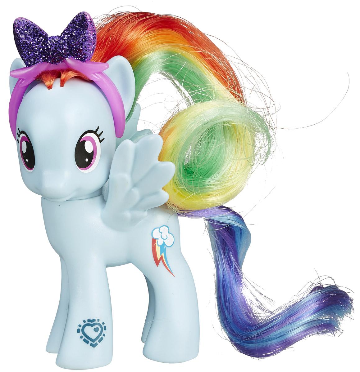 My Little Pony Фигурка Пони Рейнбоу ДэшB3599EU4_B4817Фигурка My Little Pony Пони Рейнбоу Дэш привлечет внимание вашей малышки! Фигурка выполнена из прочного пластика в виде красавицы пони Рейнбоу Дэш с яркими гривой и хвостом. Головка фигурки подвижна. Малышка пони неповторима и отмечена уникальными символами, находящимися у нее на боках. Отличительный знак появляется на пони, когда она понимает, что чем-то отличается от остальных. Знак отличия Рейнбоу Дэш - облако с трехцветной молнией. Шикарные волосы пони можно расчесывать, создавая новые прически. Вашей принцессе понравится играть с фигуркой и воссоздавать сцены из любимого мультсериала. Порадуйте ее таким замечательным подарком!
