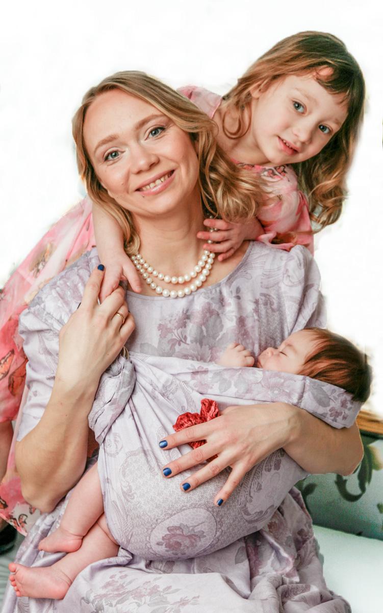 Мамарада Слинг с кольцами Розалия размер S502Слинг с кольцами позволяет носить ребенка как горизонтально в положении Колыбелька так и в вертикальном положении. В слинге в положении Колыбелька малыш располагается точно так же, как у мамы на руках, что особенно актуально для новорожденного. Ткань слинга равномерно поддерживает спинку малыша по всей длине. Малышу комфортно и спокойно рядом с мамой. Мама в это время может заняться полезными делами или прогуляться. В положении Колыбелька очень удобно кормить ребенка грудью. В слинге в вертикальном положении ножки ребенка разводятся «лягушкой». Это положение снимает нагрузку с копчика — ребенок поддерживается нижним бортиком слинга за подколенки, а верхним прижимается к маминой груди. Положение ребенка в слинге «лягушкой» – прекрасная профилактика дисплазии. Шикарный сатин немецкого качества. Слинг для дома и улицы. Состав - хлопок 100% (сатин), кольца металл 6 см