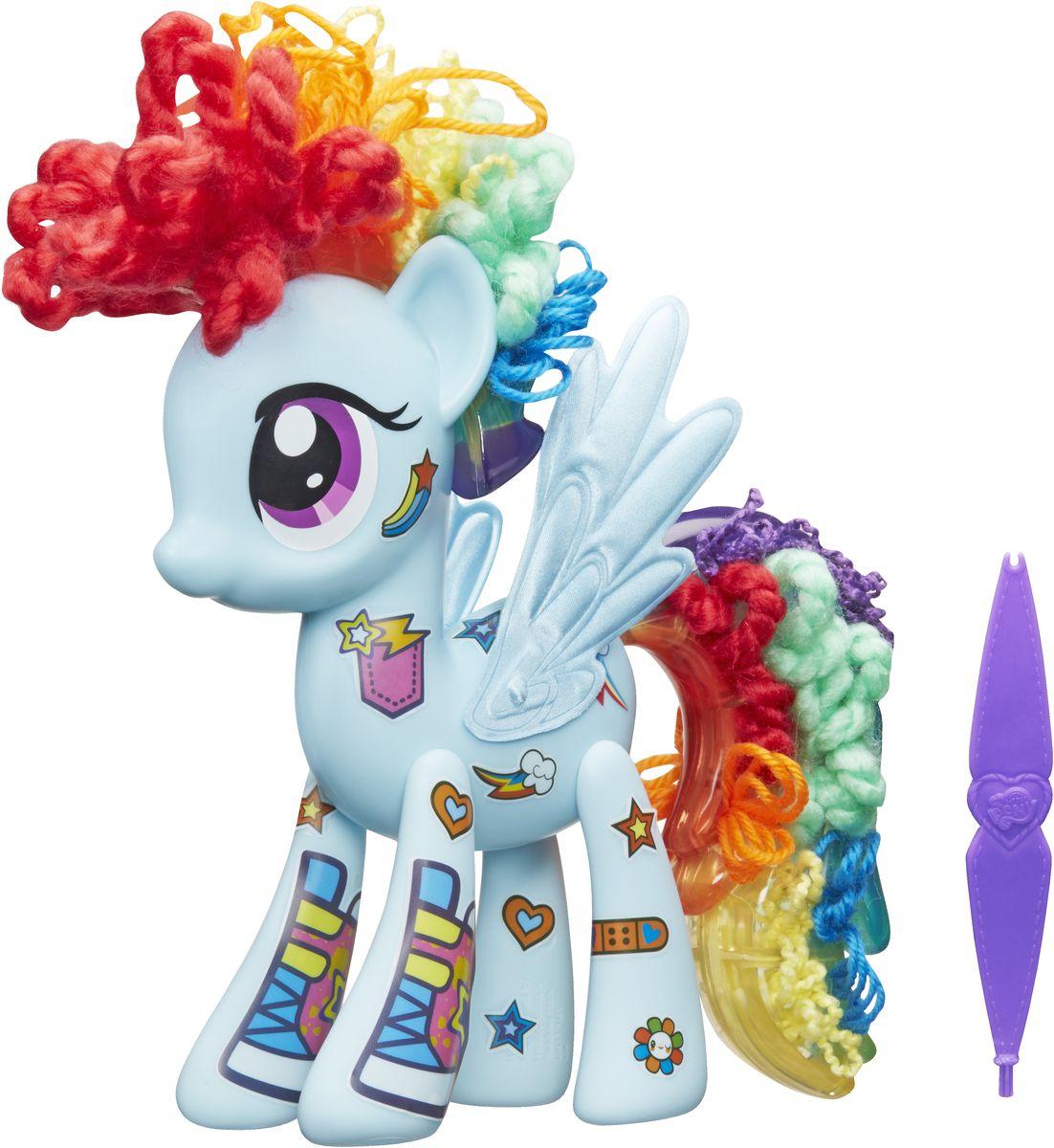 My Little Pony Игровой набор Design-a-Pony Rainbow DashB3593EU4Игровой набор My Little Pony Design-A-Pony. Rainbow Dash привлечет внимание вашей малышки и не позволит ей скучать. Создайте свою неповторимую пони собственными руками! Пофантазируйте над полным образом своей пони! Множество кусочков пряди, специальный инструмент для создания уникального хвоста и гривы, наклейки, крылья - все это ваша малышка найдет в данном наборе. Сделайте свою пони неповторимой, скомбинировав детали от других пони из серии Design-a-Pony. Придумайте своих собственных героев, используя различные варианты представленных деталей! Набор выполнен из качественных безопасных материалов. Ваша малышка будет увлеченно играть с набором, придумывая различные истории. Порадуйте ее таким замечательным подарком!