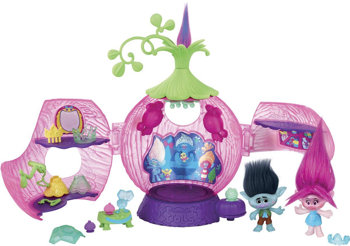 Trolls Игровой набор КоронацияB6560EU4Игровой набор Trolls Коронация включает в себя небольшую постройку, выполненную в форме крупной ягоды, а также две фигурки - саму виновницу торжества и ее друга. Игровой набор включает в себя и целый ряд разнообразных мелких аксессуаров. В их число входят праздничные наряды, тиара, а также многие другие предметы, призванные сделать игру еще более яркой и многообразной. Особого внимания заслуживают реалистичные волосы обеих фигурок - их можно расчесывать, создавая из них новые прически троллей. Строение, в свою очередь, может раскрываться, обнажая перед игроком внутреннее убранство во всей его красе. Под полупрозрачным пластиковым полом домика расположена лампочка, обеспечивающая равномерное и приятное свечение. Все элементы набора выполнены из безопасных и качественных элементов. Необходимо купить 3 батарейки напряжением 1,5V типа ААА (не входят в комплект).