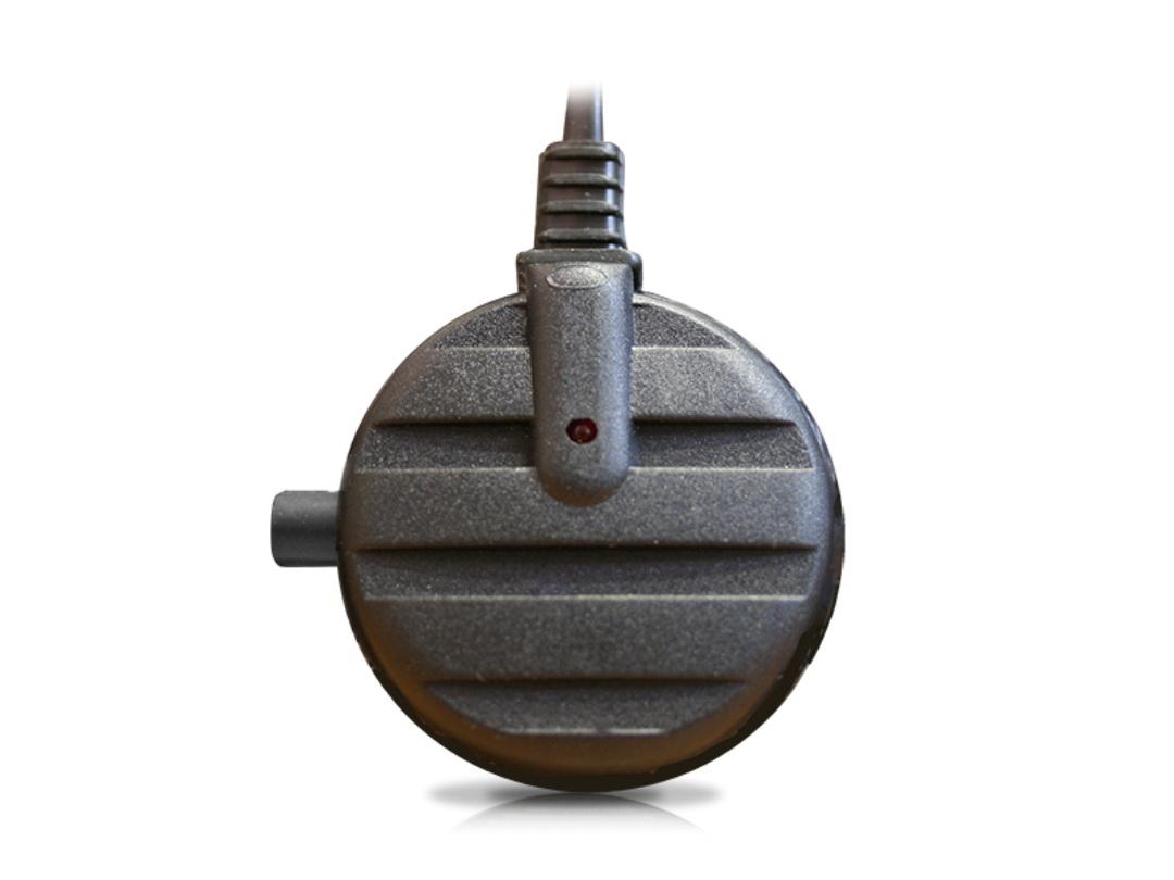 Антенна активная Триада-150 GOLD, 2 режима00041Антенны серии GOLD - это лучшие внутрисалонные антенны НПФ Триада. Предназначена для качественного радиоприема в городе и до 150 км. на трассе. Отличается от Триада-100 наличием переключателя усиления. Эта функция полезна в условиях города, где вблизи радиовышек и сотовых вышек усиление нужно минимальное. За городом включение турбо-режима, позволит долго наслаждаться качественным приемом радиоволны. Хорошо подходит при замене штатных магнитол на двухдиновые, у которых хуже прием радио от штатных антенн. Технические характеристики Напряжение питания, В: 9-15 Два режима: город/трасса Коэффициент усиления, Дб: 6/30 Длина кабеля, м: 2,5 Дальность приема, км. до 150 Потребляемый ток, мА: 35 Диаметр корпуса, мм: 45 Длина полотен, мм: 470 Повышенное усиление на всех диапазонах Эффективный радиочастотный фильтр на входе Специализированный коаксиальный кабель
