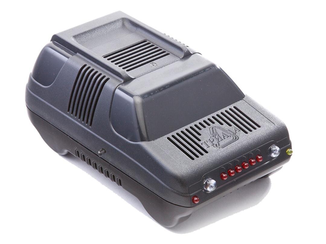 Зарядное устройство Триада BOUSH-50 6/12 А, профессиональное импульсное, 2 режима01390Зарядные устройства производства НПФ Триада предназначены для профессионального и частого использования в жестких условиях эксплуатации - зарядки автомобильных свинцово-кислотных аккумуляторных батарей напряжением 12В, а также они могут быть использованы как источник питания для 12-вольтовых потребителей, таких как уличная реклама, лампа накаливания, паяльник и др. Эти устройства более высокого класса позволяют зарядить батарею за короткое время, не допуская при этом опасного перенапряжения и выкипания электролита. Принцип работы - импульсные. Вы платите дороже за гарантированное качество и лучшие потребительские свойства. Сделано в России. Технические характеристики 2 режима работы: 6/12 А. Светодиодный индикатор. Индикация окончания заряда Индикация переполюсовки. Вес нетто 750 г.