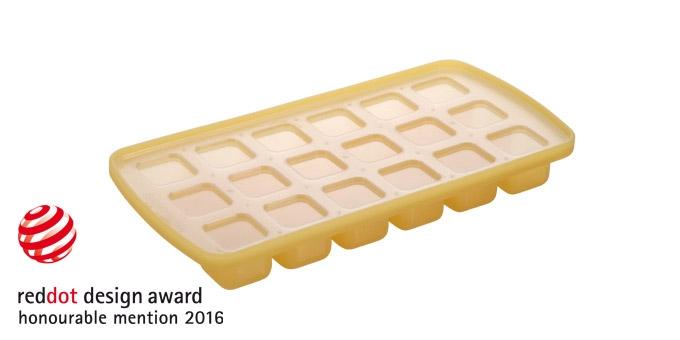 Форма для льда Tescoma Кубики, с крышкой, 18 ячеек308892Форма для льда Tescoma Кубики, изготовленная из высококачественного силикона, содержит 18 ячеек в виде кубиков. Пластиковая крышка предотвратит разлив воды и защитит лед от запахов других продуктов в морозильной камере. В формочки при заморозке воды можно помещать ягодки, такие льдинки не только оживят коктейль, но и добавят радостного настроения гостям на празднике! Изделие можно мыть в посудомоечной машине. Температура заморозки до -18°С. Количество ячеек: 18 шт. Размер формы: 25 х 13 х 3 см.