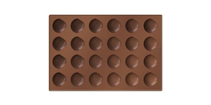 Форма для выпечки Tescoma Ракушки, 24 ячейки629355Форма Tescoma Ракушки будет отличным выбором для всех любителей выпечки. Благодаря тому, что форма изготовлена из силикона, готовую выпечку вынимать легко и просто. Изделие выполнено в форме прямоугольника, внутри которого расположены 24 ячейки в виде ракушек. Форма прекрасно подойдет для выпечки печенья или для шоколада. Материал изделия устойчив к фруктовым кислотам, может быть использован в духовках, микроволновых печах, холодильниках и морозильных камерах (выдерживает температуру от -40°C до +230°C). Антипригарные свойства материала позволяют готовить без использования масла. Можно мыть и сушить в посудомоечной машине, охлаждать в холодильнике. При работе с формой используйте кухонный инструмент из силикона - кисти, лопатки, скребки. Не ставьте форму на электрическую конфорку. Не разрезайте выпечку прямо в форме. Общий размер формы: 32 х 22 см.