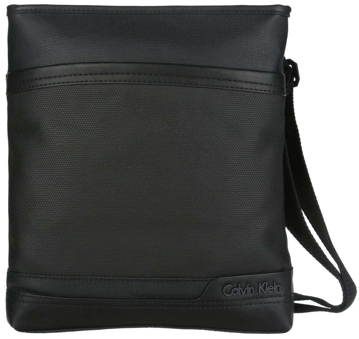 Сумка мужская Calvin Klein Jeans, цвет: черный. K50K500474K50K500474Стильная сумка Calvin Klein Jeans выполнена из полиуретана и оформлена металлической фурнитурой с символикой бренда. Изделие содержит одно отделение и закрывается на застежку-молнию. Внутри размещены два накладных кармашка и врезной карман на молнии. Снаружи, на лицевой стороне сумки, расположен вместительный накладной карман. Сумка оснащена практичным плечевым ремнем регулируемой длины. Практичный аксессуар от Calvin Klein Jeans позволит вам завершить образ и подчеркнуть деловой стиль.