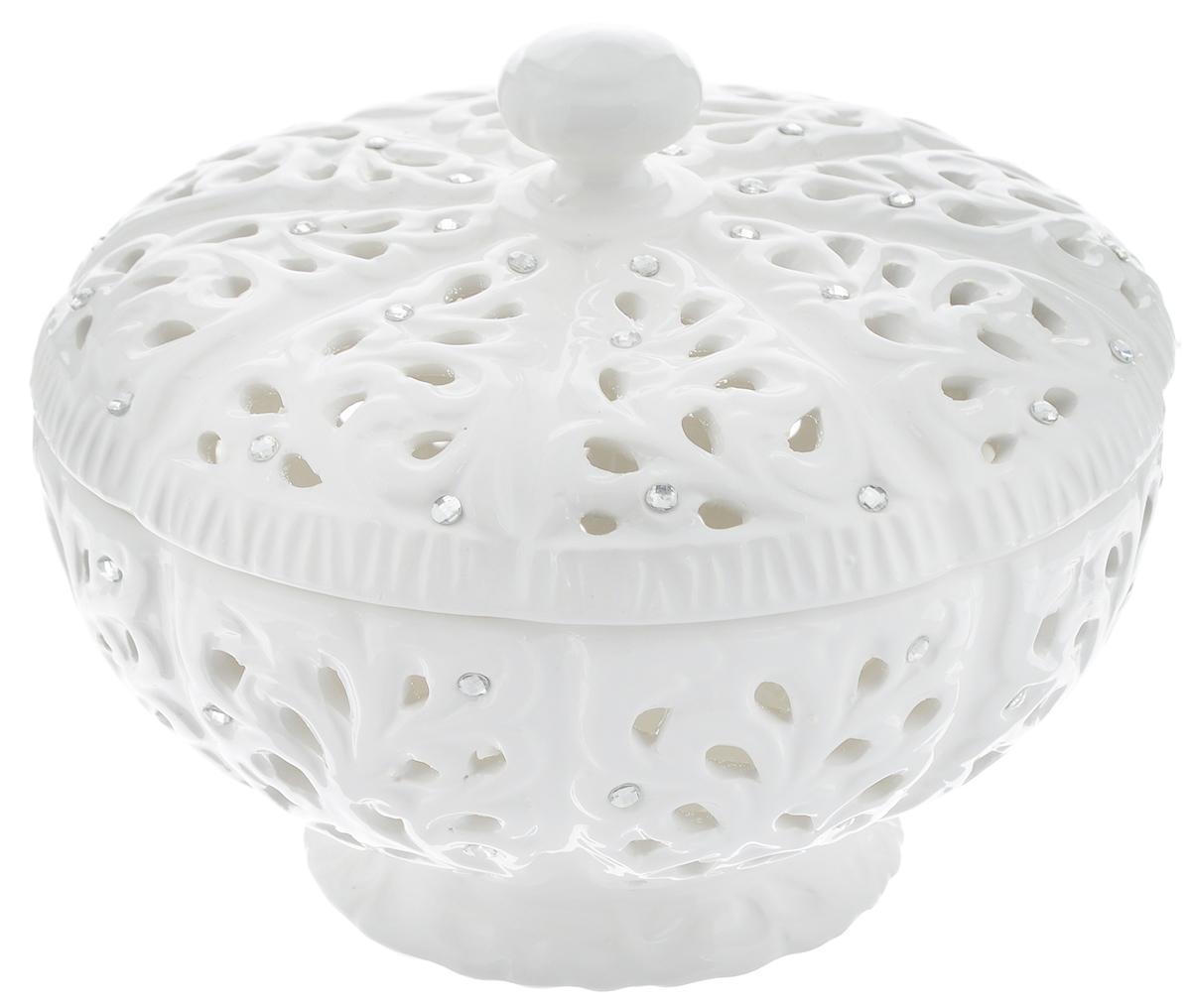Ваза Loraine, с крышкой, диаметр 16 см23832Изящная ваза на ножке Loraine изготовлена из высококачественной доломитовой керамики. Изделие декорировано оригинальным ажурным узором и стразами. Ваза снабжена крышкой. Стильная форма и интересное исполнение позволят вазе идеально вписаться в любой интерьер, а классический белый цвет и изящный дизайн украсит праздничную сервировку стола к любому торжеству. Ваза предназначена для сервировки конфет, зефира, печенья, а также других сладостей. Такая ваза также станет замечательным подарком к празднику. Диаметр вазы (по верхнему краю): 16 см. Диаметр основания: 8,5 см. Высота (без учета крышки): 7,5 см.
