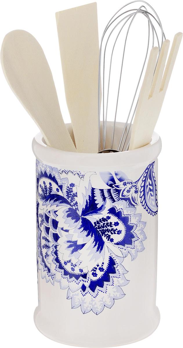 Набор кухонных принадлежностей Loraine, 5 предметов. 2481624816Набор кухонных принадлежностей Loraine состоит из ложки, лопатки, вилки, венчика и подставки. Ложка, вилка и лопатка выполнены из натурального дерева. Венчик выполнен из металла. Подставка изготовлена из доломитовой керамики в виде вазы, украшенной красочным изображением. Эксклюзивный дизайн, эстетичность и функциональность набора Loraine позволят ему занять достойное место среди кухонного инвентаря. Длина ложки: 20 см. Размер рабочей поверхности ложки: 4,5 х 3 х 0,3 см. Длина вилки: 20,5 см. Размер рабочей поверхности вилки: 4 х 3 х 0,3 см. Длина лопатки: 20,5 см. Размер рабочей поверхности лопатки: 6,5 х 2,5 х 0,3 см. Длина венчика: 21 см. Диаметр подставки (по верхнему краю): 8 см. Высота подставки: 12,5 см.