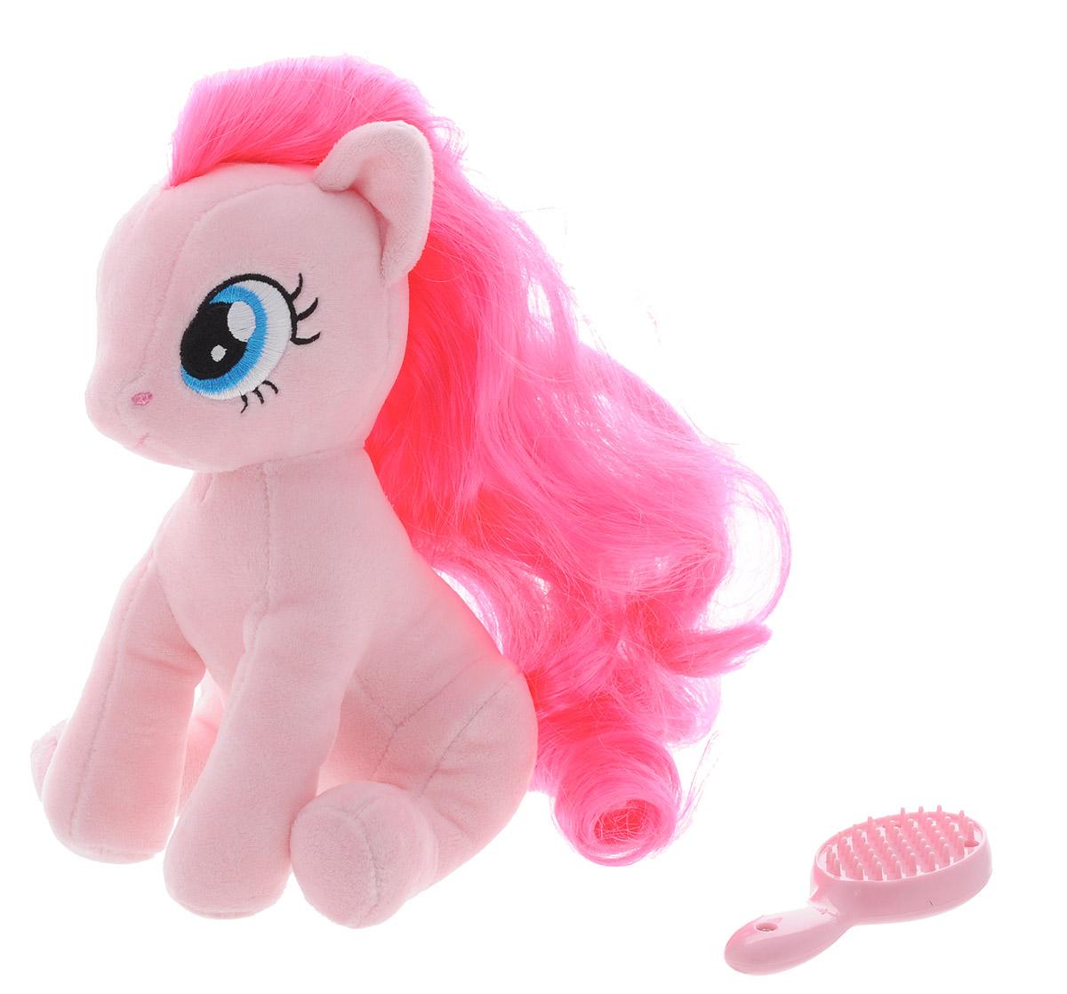My Little Pony Мягкая игрушка Пони Pinkie Pie с волшебной расческой 20 см2098057Мягкая игрушка My Little Pony Пони Pinkie Pie с волшебной расческой, выполненная в виде пони с розовой гривой, порадует вашу малышку и доставит ей много удовольствия от часов, посвященных игре с ней. Игрушка изготовлена из гипоаллергенной ткани, очень приятной на ощупь. У пони роскошная грива, которую можно расчесывать. Для этого в наборе имеется волшебная расческа. Как только вы начнете ее причесывать - она засветятся от счастья! Играя с пони, ребенок развивает мелкую моторику, свое воображение и фантазию, усидчивость. Порадуйте свою малышку таким подарком.