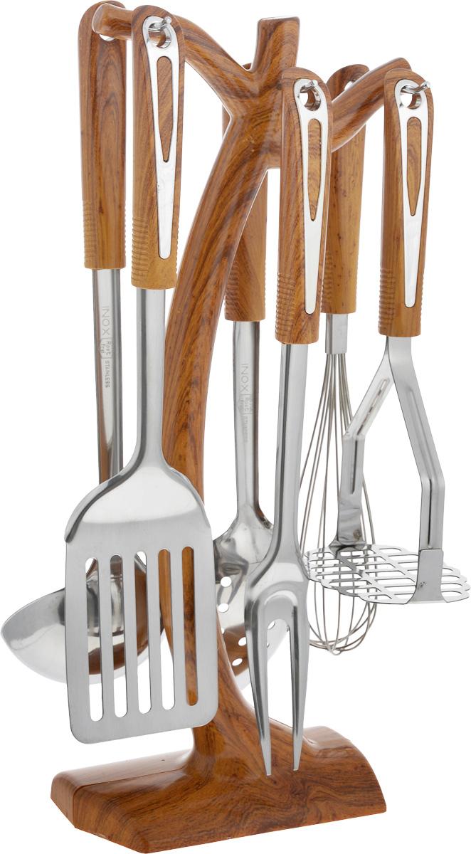 Набор кухонных принадлежностей Mayer & Boch, 7 предметов. 29242924Набор кухонных принадлежностей Mayer & Boch превратит приготовление еды в настоящее удовольствие. Набор состоит из вилки, лопатки с прорезями, венчика, ложки, пресса для картофеля, половника и подставки. Приборы выполнены из высококачественной нержавеющей стали. Нержавеющая сталь идеально подходит для приготовления пищи, она не окисляется со временем и не портит вкус ваших блюд. Изделия снабжены длинными эргономичными нескользящими ручками из пластика под дерево, которые защитят ваши руки от ожогов. Этот профессиональный набор очень удобен в использовании и имеет стильную подставку, которая впишется в любой интерьер и позволит хранить приборы в одном месте. Длина вилки: 32,5 см. Размер рабочей поверхности вилки: 9,5 х 3,5 см. Длина лопатки: 33 см. Размер рабочей поверхности лопатки: 7,5 х 10 см. Длина венчика: 30 см. Размер рабочей поверхности венчика: 5 х 5 х 15 см. Длина ложки: 32 см. Размер рабочей поверхности...