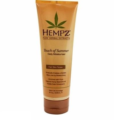 Hempz Молочко для тела с бронзантом светлого оттенка Touch of Summer Fair Skin Tonea 235 мл110-2123-03Молочко для тела с бронзантом светлого оттенка предназначено для ухода за светлой и нежной кожей. Средство обеспечивает полноценный уход благодаря сбалансированному составу: масло и экстрагированные компоненты семян конопли снабжают кожу питательными веществами и соединениями, экстракт корня женьшеня и масло ши оказывают охлаждающее, успокоительное и смягчающее воздействие, группа витаминов А, С и Е снижают влияние свободных радикалов и препятствуют образованию мелких морщин, присутствие в составе специальных бронзирующих частиц позволяет получить ровный и красивый оттенок загара. Состав активных компонентов: конопляное и масло семян макадамии и дерева ши, экстракты семян конопли, женьшеня, календулы, ромашки, алое вера, группа витаминов А, С и Е.