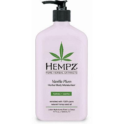 Hempz Молочко для тела увлажняющее слива и ваниль Vanilla Plum Herbal Body Moisturizer 500 мл676280014510Молочко для тела увлажняющее Cлива и Bаниль- это прекрасное средство для эффективного смягчения кожи, бережного увлажнения и деликатного омоложения. Оно представляет собой уникальный сбор бесценных даров природы: экстракта конопли - источника амино- и жирных кислот; масла сливы – вещества, которое обогатит кислородом и питательными частицами; и витаминов - антиоксидантов А, Е, С - помощников в борьбе с агрессивным влиянием внешней среды. Производитель гарантирует Вам 12-часовое увлажнение кожи! Молочко богато маслом ши и экстрактом женьшеня. Это великолепное и уникальное сочетание натуральных компонентов отлично охладит и успокоит кожу. Vanilla Plum Herbal Body Moisturizer- природная косметика, которая не содержит вредных парабенов,глютена и наркотических веществ. Забудьте о мелких морщинах, сухой и тусклой коже вместе с молочком для тела от HEMPZ!