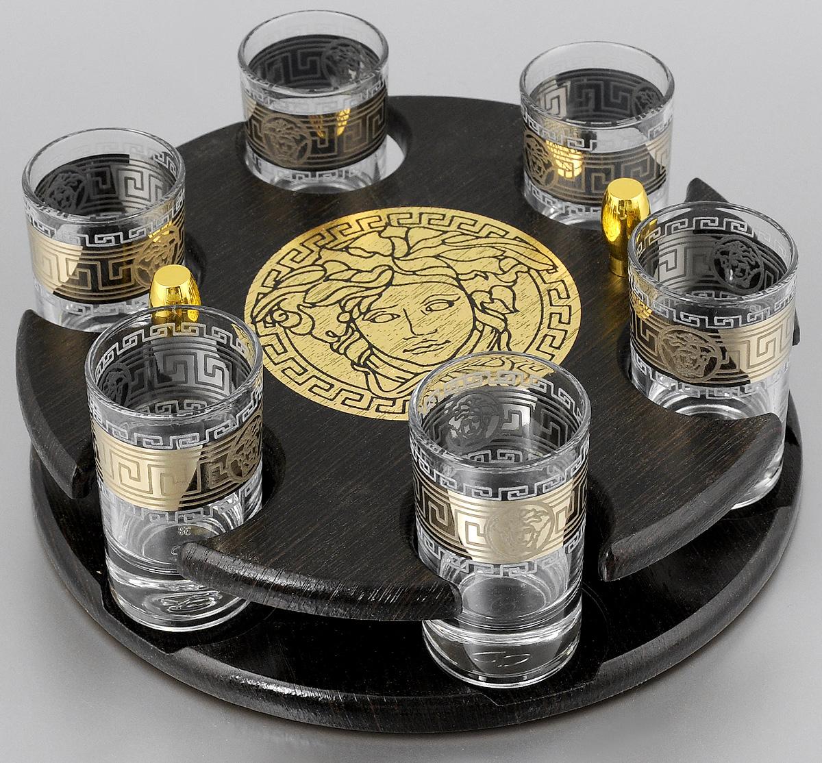 Набор стопок Мусатов Версаче, на подставке, 7 предметов03-112Набор Мусатов Версаче состоит из 6 стопок и деревянной подставки. Стопки, изготовленные из высококачественного натрий-кальций-силикатного стекла, оформлены красивым зеркальным покрытием и оригинальным орнаментом. Такой набор прекрасно дополнит праздничный стол и станет желанным подарком в любом доме. Стопки разрешается мыть в посудомоечной машине. Диаметр стопки: 4,5 см. Высота стопки: 6,9 см. Диаметр подставки: 21,5 см. Высота подставки: 5 см.