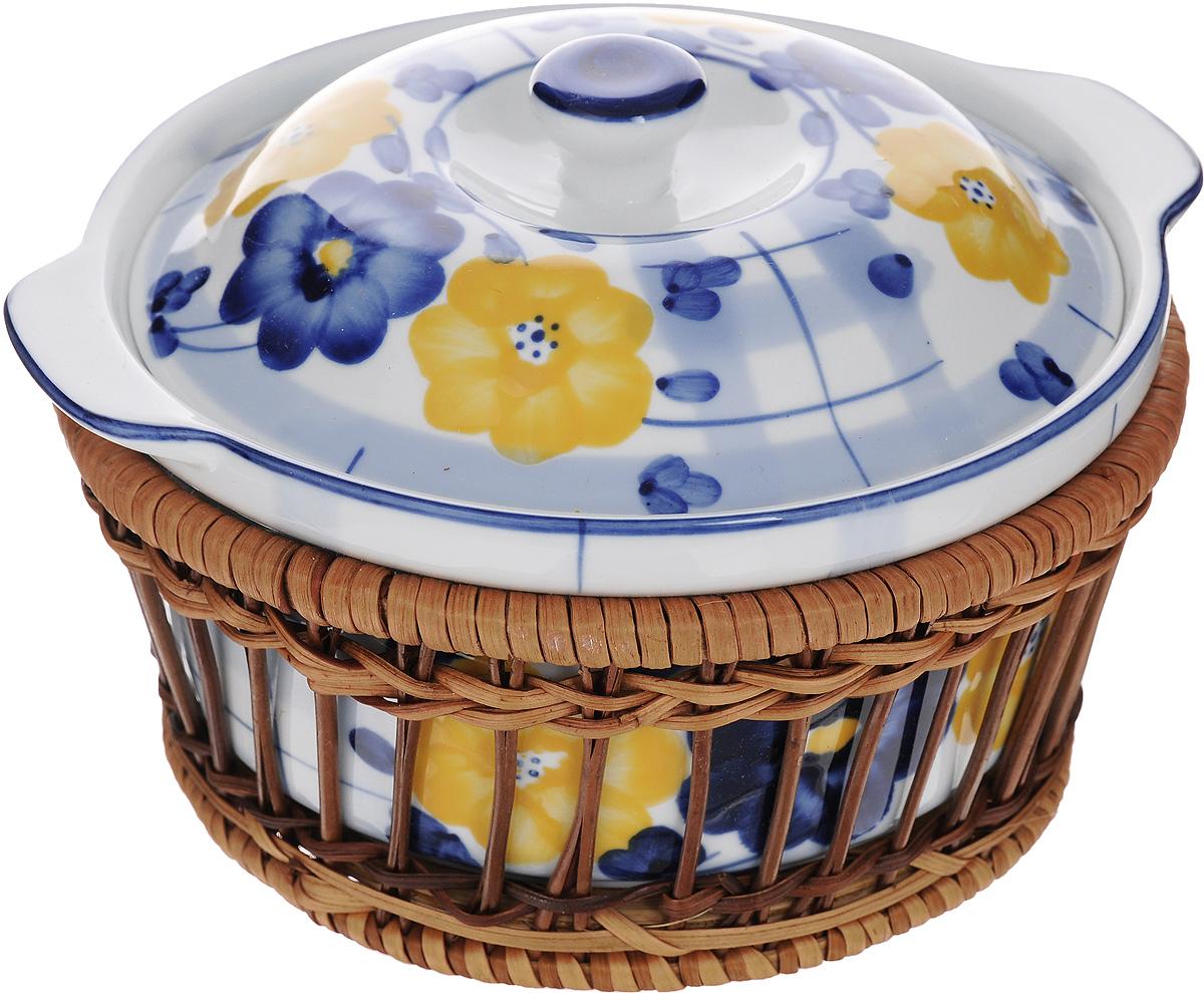 Супница Super Kristal, с подставкой, 800 мл8876Супница Super Kristal выполнена из высококачественной керамики и оснащена плотно прилегающей крышкой. Она оформлена красивым рисунком и оснащена ручками. Изделие предназначено для красивой подачи супа и сервировки стола. В комплект входит плетеная корзина-подставка, изготовленная из дерева. Яркий дизайн, несомненно, придется вам по вкусу. Размер подставки: 17 х 17 х 8 см.