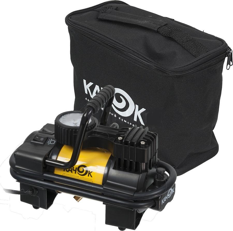 Автомобильный компрессор Качок K90 LEDK90 LEDДля решения широкого круга задач пригодится автомобильный компрессор КАЧОК K90 LED. Помимо очевидной помощи в подкачке автошин, накачивании надувной лодки и детского бассейна на даче, он способен выполнить многие полезные функции в сочетании со специализированными насадками. Стричь кусты и кроны деревьев в режиме пневмоножниц, поливать грядки с насадкой-распылителем, красить стены и потолки, завинчивать шурупы и пилить различные материалы – все это по силам данной модели, если к ней присоединить соответствующие насадки.