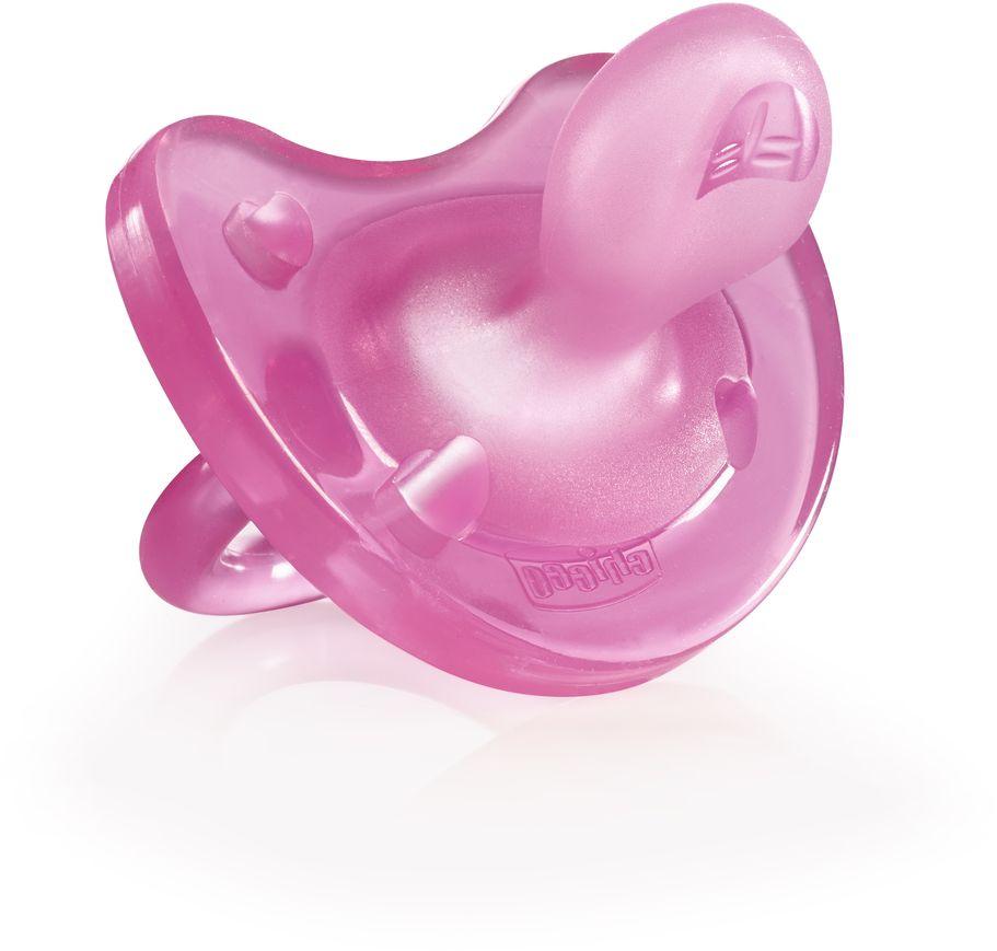 Пустышка Chicco Physio Comfort силиконовая от 0 до 6 месяцев цвет розовый310410126Бренд Chicco создан в Италии в 1958 году и уже более 55 лет предлагает малышам и их мамам качественные и надежные товары для комфортного материнства. Пустышки Physio Comfort разработаны совместно с ведущими ортодонтами и учитывают физиологические особенности ротовой полости грудного ребенка, благодаря чему они не нарушают ее правильное формирование и развитие. Преимущества пустышки Physio Comfort из силикона: - Сделана из экстрамягкого силикона - Конструкция пустышки разработана таким образом, что соприкасается с лицом ребенка только 4-мя маленькими опорами. Пустышка позволяет губам ребенка естественно двигаться во время сосания, а также оставляет свободное пространство в зоне носа и подбородка - Ультратонкий профиль у основания нагубника позволяет малышу естественно закрывать рот - Специальная форма и желобок на кончике пустышки обеспечивают естественное положение языка и способствуют правильному прикусу - Выступы на кончике пустышки обеспечивают давление...
