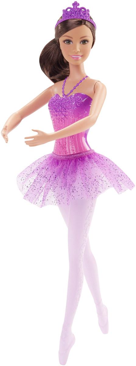 Barbie Кукла Балерина цвет юбки фиолетовыйDHM41_DHM43Великолепная кукла Barbie Балерина непременно порадует вашу малышку и доставит ей много удовольствия от часов, посвященных игре с ней. Куколка с густыми темными волосами, собранными в пучок, одета в великолепный корсет фиолетово-розового цвета и пышную юбку-пачку с блестками. Фиолетовая диадема дополняет образ. Колье фиолетового цвета плавно переходит в пластиковый лиф от одежды куколки. Руки и ноги Барби подвижны, голова поворачивается. Порадуйте свою малышку таким великолепным подарком!