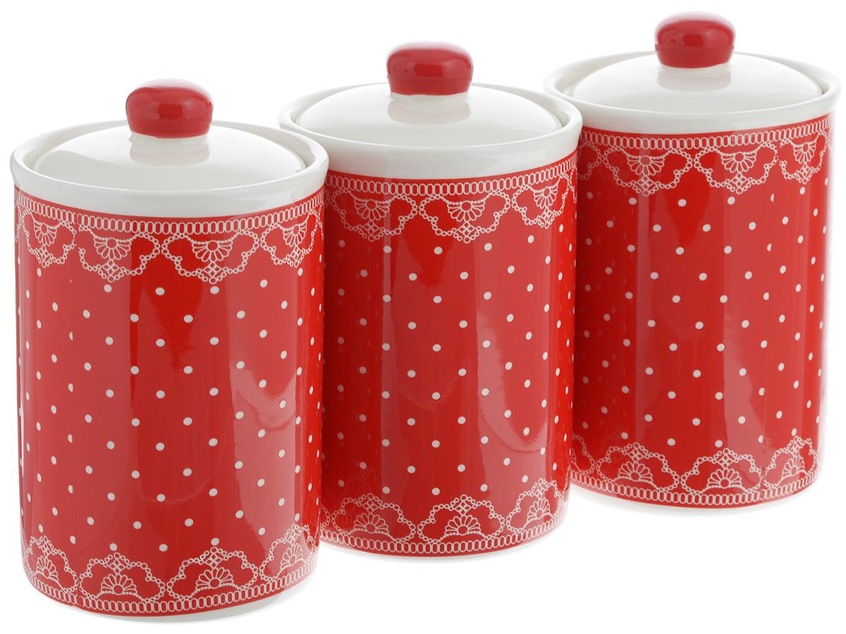 Набор банок для сыпучих продуктов Loraine Красный узор, 610 мл, 3 шт. 2582325823Набор Loraine Красный узор состоит из трех банок, изготовленных из доломита высокого качества. Банки оснащены крышками с силиконовыми уплотнителями. Гладкая и ровная поверхность обеспечивает легкую чистку. Изделия подходят для хранения сыпучих продуктов: круп, чая, специй, орехов, сахара, сухофруктов, соли и многого другого. Изысканный и утонченный дизайн сделает такие банки не просто емкостью для сыпучих продуктов, а настоящим предметом декора, который стильно дополнит ваш кухонный интерьер. Подходят для использования в микроволновой печи и холодильнике. Можно мыть в посудомоечной машине. Объем банки: 610 мл. Диаметр (по верхнему краю): 10 см. Высота банок (без учета крышки): 14 см.