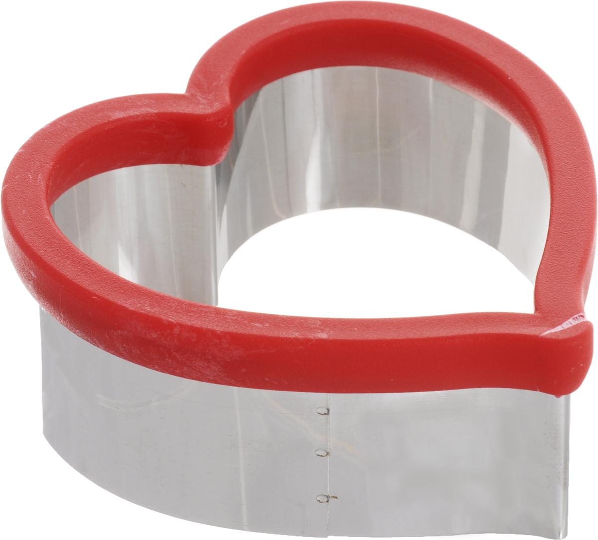 Форма для вырезания печенья Mayer & Boch Сердце, 11 х 10 см24004Форма для вырезания печенья Mayer & Boch Сердце будет отличным выбором для всех любителей выпечки. Изделие выполнено из нержавеющей стали и пластика. Специальная насадка на формочке защитит ваши руки при вырезании теста. С такой формой вы всегда сможете порадовать своих близких оригинальной выпечкой. Можно мыть в посудомоечной машине. Размер: 11 х 10 см. Высота стенок: 4,5 см.