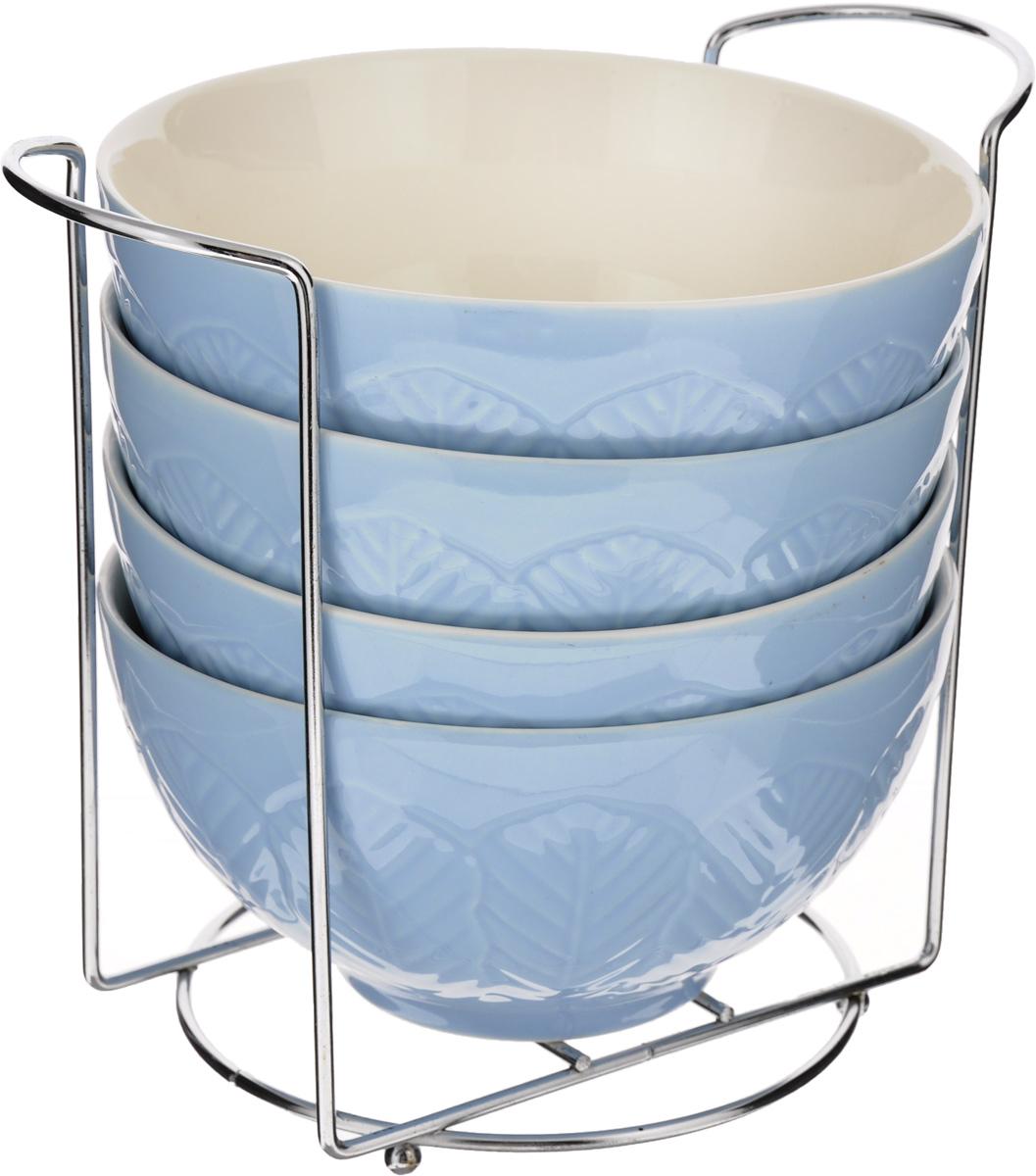 Набор супниц Loraine, на подставке, цвет: синий, белый, 420 мл, 5 предметов22571Набор Loraine включает четыре супницы, выполненные из высококачественной глазурованной керамики. Внешние стенки декорированы рельефным узором. Набор прекрасно подходит для подачи супов, бульонов и других блюд. Элегантный дизайн отлично впишется в интерьер любой кухни. Супницы компактно размещаются на подставке из железа. Посуду можно использовать в микроволновой печи и холодильнике, а также мыть в посудомоечной машине. Объем супниц: 420 мл. Диаметр супниц (по верхнему краю): 15,5 см. Высота супниц: 8 см. Размер подставки: 20 х 13 х 18 см.