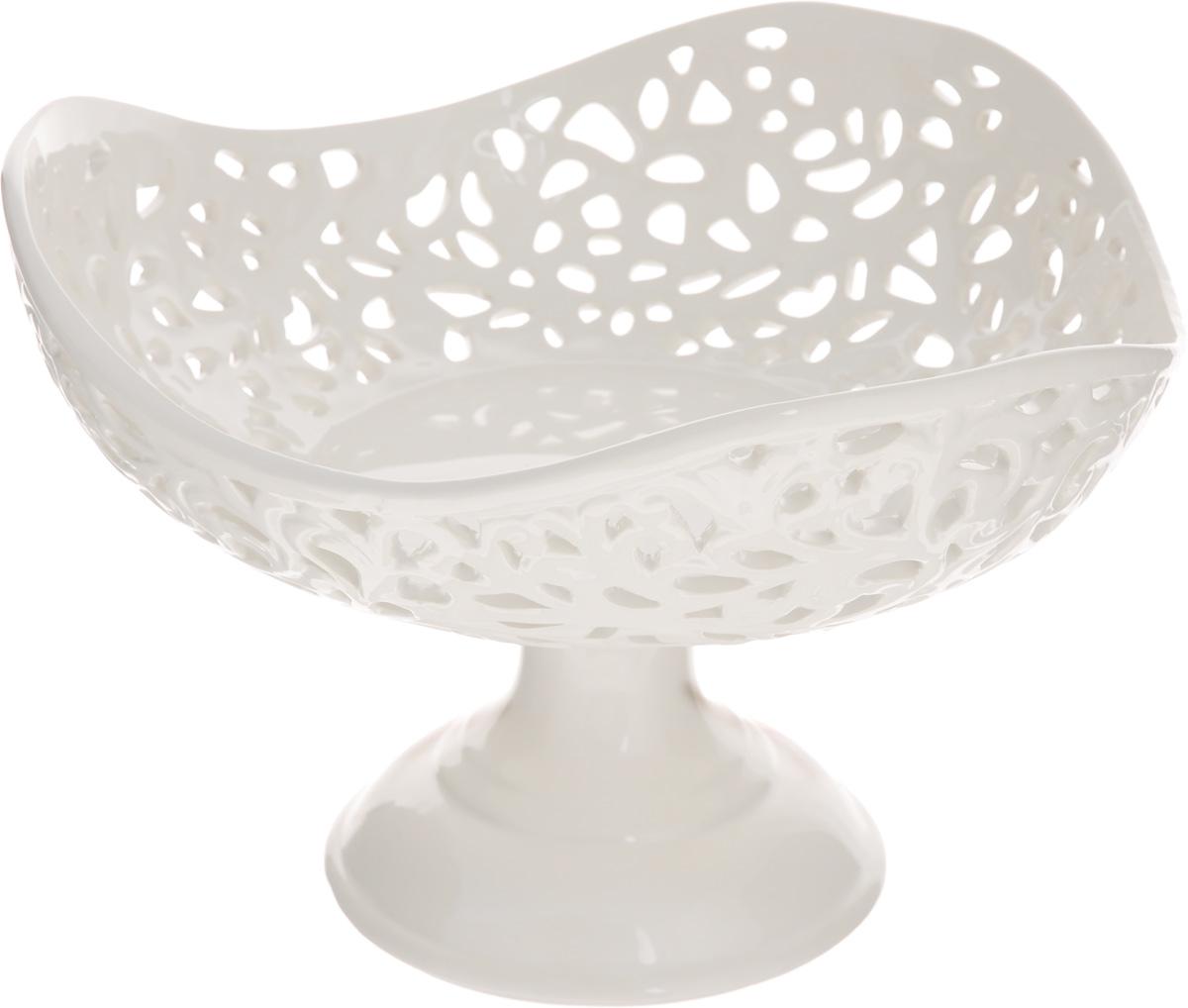 Конфетница Mayer & Boch Ажур, 23 х 23 х 15,5 см23817Конфетница Mayer & Boch Ажур, изготовленная из высококачественного доломита, украшена оригинальным ажурным узором. Стильная форма и интересное исполнение идеально впишутся в любой стиль, а универсальный белый цвет подойдет к любой мебели. Такая конфетница принесет новизну в вашу кухню и приятно порадует глаз.