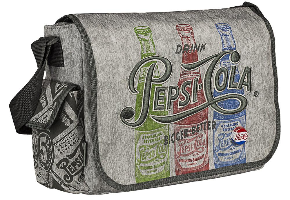 Pepsi Сумка на молнии с верхним клапаном PepsiPECB-UT1-125Сумка на молнии с верхним клапаном. Изготовлена из прочного материала. Имеет боковой карман. Внутри предусмотрены карман на молнии, карман для телефона и отделение для канцелярских принадлежностей. Лямка регулируется по длине. Размер 24 x 33 x 10 см. Pepsi