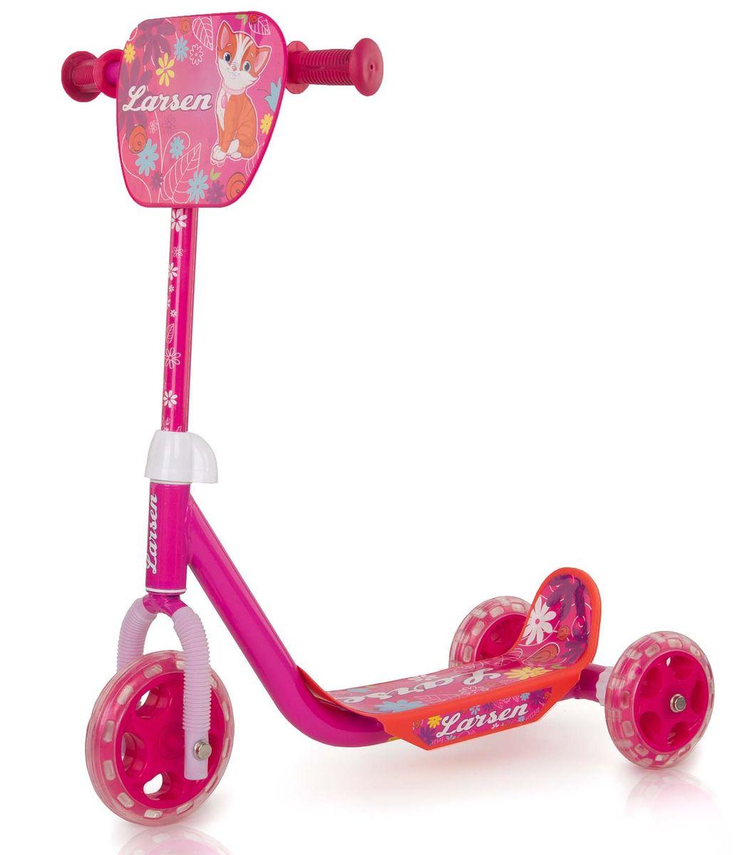 Самокат Larsen Girl, цвет: розовый. GS-002A-RB245716Модель оснащена трехколесным шасси, что гарантирует отличную устойчивость при катании. Руль самоката снабжен удобными рукоятками с ограничителями, не позволяющим ладошкам соскользнуть и потерять управление.
