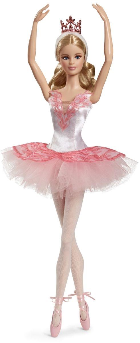 Barbie Кукла Звезда балета цвет платья белый розовыйDGW35Кукла Barbie Звезда балета - восхитительный памятный подарок девочке в честь первого выхода юной танцовщицы на сцену, и, конечно же, ее захотят добавить в свою коллекцию поклонники балета всех возрастов! Куколка со светлыми волосами одета в кружевное бело-розовое платье с лазерной резьбой на корсете. Дополняют наряд балерины белые колготки и розовые пуанты на лентах. Прическу куколки белоснежная повязка и корона золотого цвета. Головка, ручки и ножки куколки подвижны. Кукла не может стоять или танцевать без опоры. В комплект входят подставка и сертификат подлинности.
