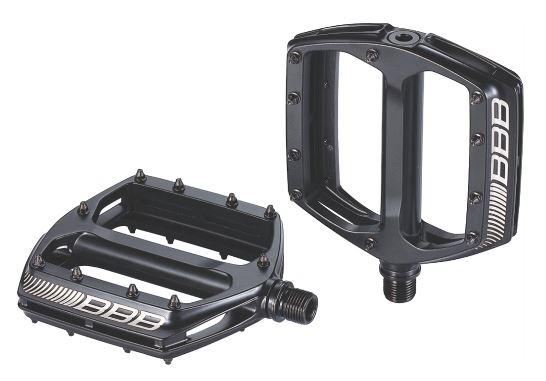 Педали BBB CoolRide, цвет: матовый черный. BPD-36BPD-36Большая площадь опоры обеспечивает надежное сцепление и контроль. Монолитный алюминиевый корпус. Ось из хроммолибденовой стали. Двойные закрытые подшипники. Сменные пины, 10 штук с каждой стороны.