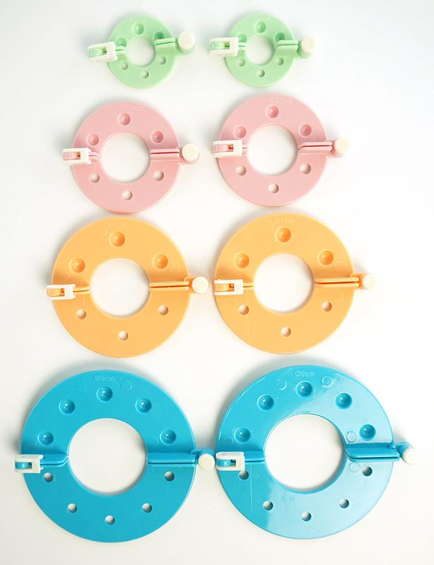 ADDI Набор устройств для изготовления помпонов Moon420-7/000Набор addiMoon состоит из устройств 4-х размеров: 3.5 см - зеленого цвета 5.5 см - розового цвета 7 см - оранжевого цвета 9 см - голубого цвета
