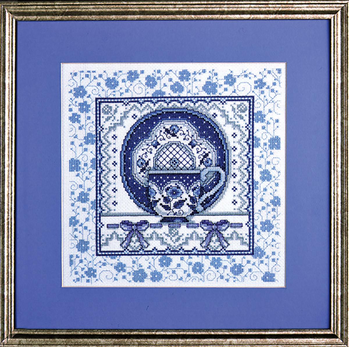 Набор для вышивания крестом Design Works Чашка и блюдце с синим рисунком, 23 х 23 см9975BДизайнер Джоан Эллиот (Blue Toile Cup & Saucer , Joan Elliott).Канва Аида 14 (100% хлопок), нитки мулине (100% хлопок), игла, подробная инструкция со схемой вышивки на русском языке