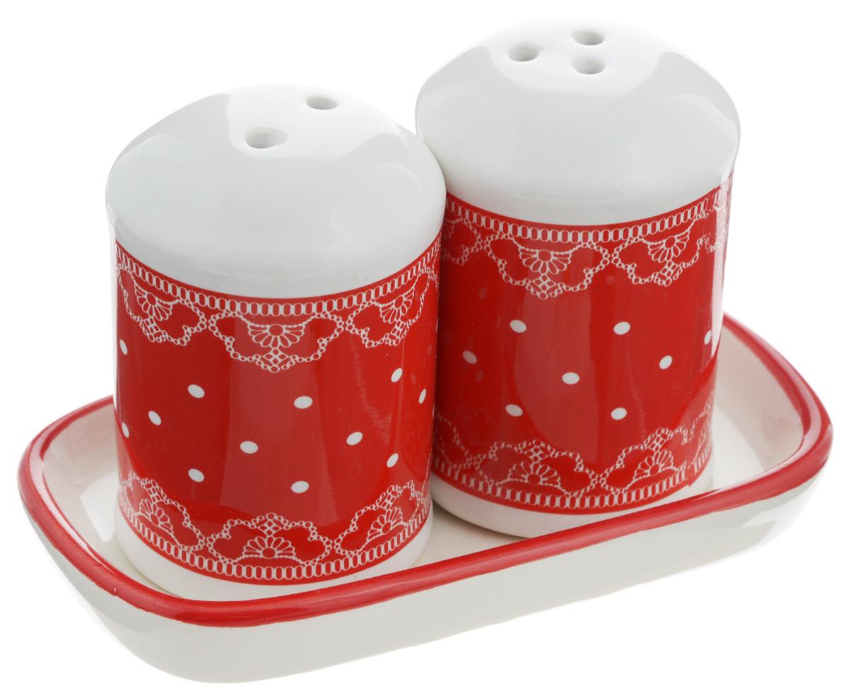 Набор для специй Loraine Красный узор, 3 предмета. 2580925809Набор для специй Loraine Красный узор, изготовленный из доломитовой керамики высокого качества, состоит из солонки, перечницы и подставки. Солонка и перечница декорированы красочным узором и помещаются на специальную керамическую подставку. Солонка и перечница легки в использовании: стоит только перевернуть емкости, и вы с легкостью сможете поперчить или добавить соль по вкусу в любое блюдо. Набор Loraine не только украсит стол, но и станет полезным аксессуаром, как на кухне, так и за праздничным столом. Изделия ее боятся низких температур. Можно мыть в посудомоечной машине. Диаметр солонки/перечницы: 4,5 см. Высота солонки/перечницы: 6,5 см. Размер подставки: 11,5 х 6,5 х 1,5 см.