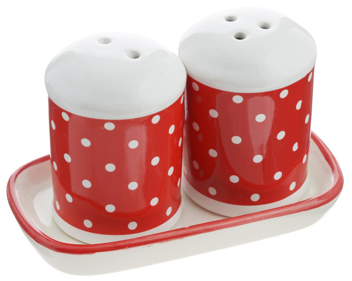Набор для специй Loraine Красный узор, 3 предмета. 2584725847Набор для специй Loraine Красный узор, изготовленный из доломитовой керамики высокого качества, состоит из солонки, перечницы и подставки. Емкости декорированы красочным узором и помещаются на специальную подставку. Солонка и перечница легки в использовании: стоит только перевернуть их, и вы с легкостью сможете поперчить или добавить соль по вкусу в любое блюдо. Набор Loraine Красный узор не только украсит стол, но и станет полезным аксессуаром, как на кухне, так и за праздничным столом. Изделия можно мыть в посудомоечной машине. Не боятся низких температур. Диаметр солонки/перечницы: 4,5 см. Высота солонки/перечницы: 6,5 см. Размер подставки: 11,5 х 6,5 х 1,5 см.