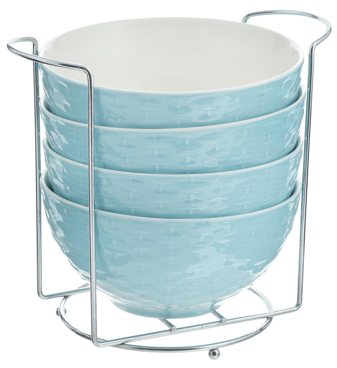 Набор супниц Loraine, на подставке, цвет: голубой, белый, 420 мл, 5 предметов22576Набор Loraine включает четыре супницы, выполненные из высококачественной глазурованной керамики. Внешние стенки декорированы рельефом под плетение. Набор прекрасно подходит для подачи супов, бульонов и других блюд. Элегантный дизайн отлично впишется в интерьер любой кухни. Супницы компактно размещаются на подставке из железа. Посуду можно использовать в микроволновой печи и холодильнике, а также мыть в посудомоечной машине. Объем супниц: 420 мл. Диаметр супниц по верхнему краю: 15,5 см. Высота супниц: 8 см. Размер подставки: 20 х 13 х 18 см.
