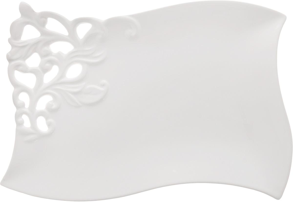 Блюдо Patricia Воздушные узоры, 39 х 25 смIM08-0201Ажурное блюдо Patricia Воздушные узоры - прекрасное дополнение праздничного стола. Изделие, выполненное из высококачественного доломита, оформлено оригинальной перфорацией. Блюдо сочетает в себе изысканный дизайн с максимальной функциональностью. Оно идеально подойдет для сервировки стола и станет отличным подарком к любому празднику. Не рекомендуется использовать в микроволновой печи и мыть в посудомоечной машине. Размер блюда (по верхнему краю): 39 х 25 см. Высота блюда: 3 см.