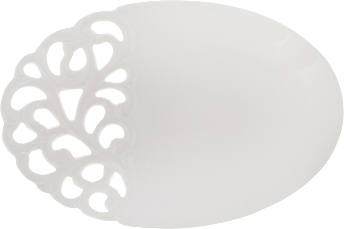 Блюдо Patricia Воздушные узоры, 30,5 х 20,5 х 2,8 смIM08-0206Овальное блюдо Patricia Воздушные узоры - прекрасное дополнение праздничного стола. Изделие, выполненное из высококачественного доломита, оформлено перфорацией. Блюдо сочетает в себе изысканный дизайн с максимальной функциональностью. Оно идеально подойдет для сервировки стола и станет отличным подарком к любому празднику. Не рекомендуется использовать в микроволновой печи и мыть в посудомоечной машине. Размер блюда (по верхнему краю): 30,5 х 20,5 см. Высота блюда: 2,8 см.